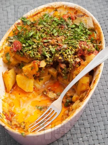 Вкусен постен гювеч с картофи, чушки, домати и патладжани на фурна - снимка на рецептата